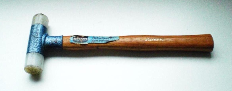 Rückschlagfreier Kunststoffhammer mit Pendelgewicht im Kopf, US3343576