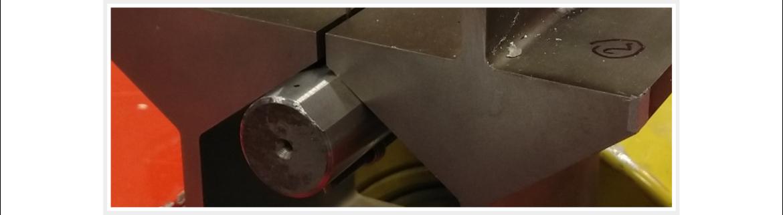 System aus zwei schlanken Balken mit Plattform und Reibelement zur Reduktion der Schwingamplitude.